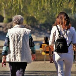 kobiety spaceruja po parku